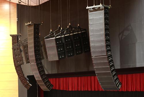 """В проектировании и инсталляции звукотехнологических систем зала  """"Крокус Сити Холл """" принимали участие ведущие..."""